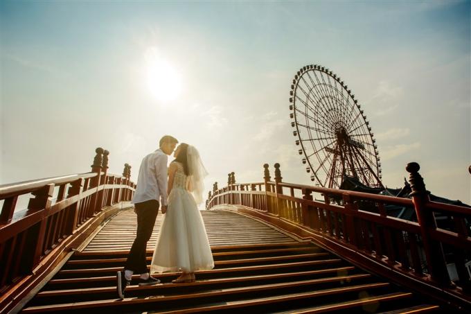 """Dù bình minh hay hoàng hôn, dù chụp từ bất cứ góc nào trên cây cầu """"cứ đứng vào là đẹp"""" này, bạn cũng sẽ được nhận lại những tấm hình khiến bạn bè phát hờn và không thể không nhấn nút """"like""""."""