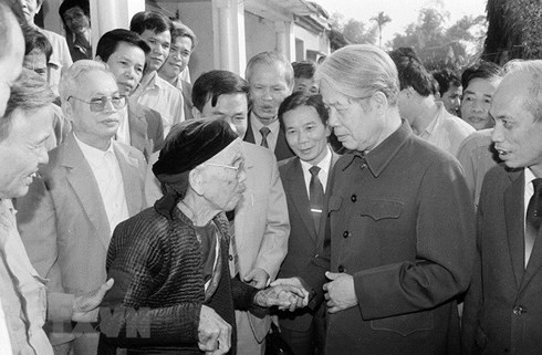 Tổng Bí thư Đỗ Mười nói chuyện thân mật với nhân dân xã Lê Lợi, huyện Thường Tín (Hà Tây cũ), ngày 1/11/1992. Ảnh: TTXVN