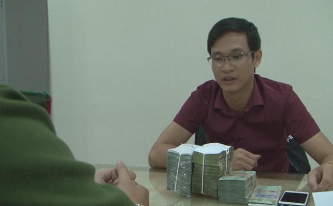 Phạm Văn Tới cùng tang vật tại cơ quan điều tra.