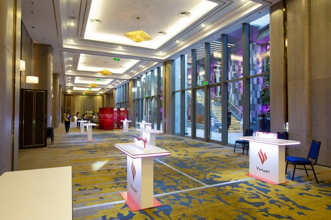 Trong khu vực tổ chức sự kiện, ban tổ chức bố trí khá nhiều bàn trải nghiệm sản phẩm cho các khách mời.