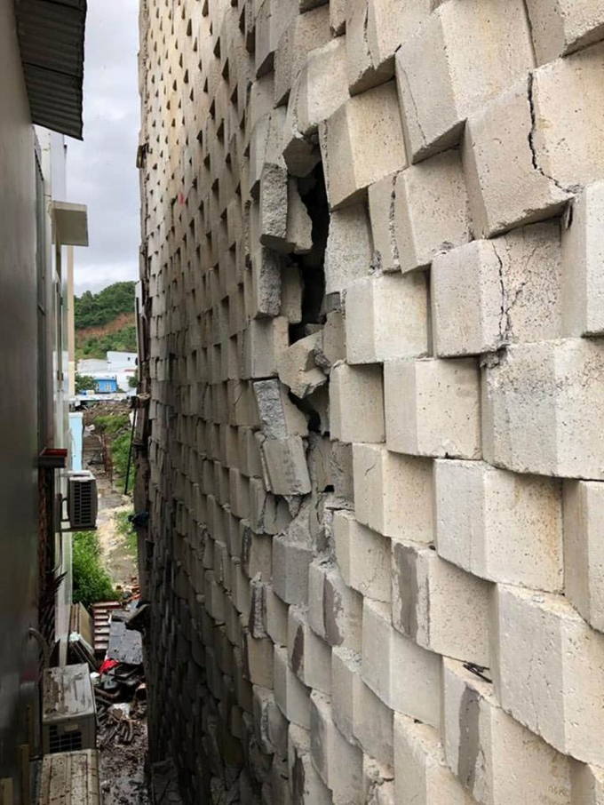 Nhiều mảng tường nứt toác, rơi ra ngoài.