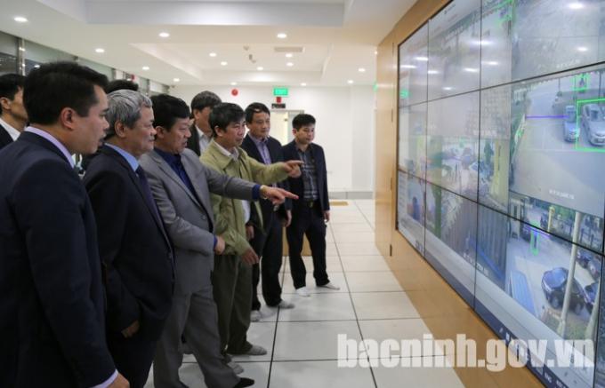 Chủ tịch UBND tỉnh Nguyễn Tử Quỳnh thăm quan Trung tâm tích hợp dữ liệu thành phố thông minh.
