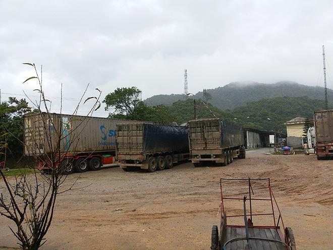 Quán cơm phục vụ tài xế Việt ở Lào