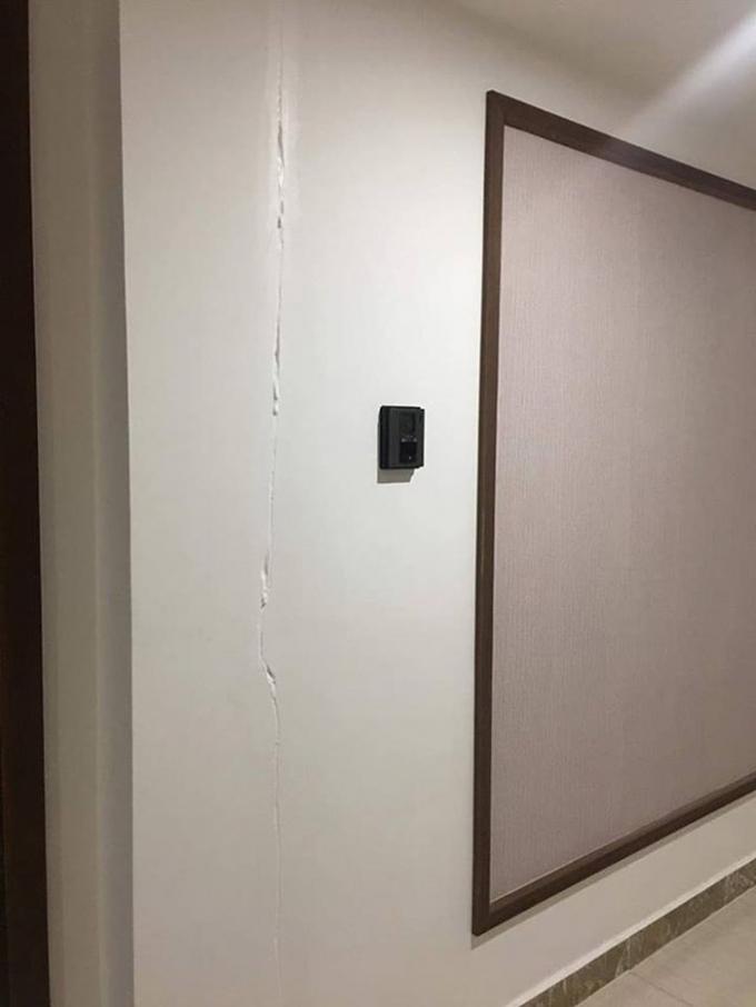 Các vết nứt xuất hiện tại phía sảnh hành lang