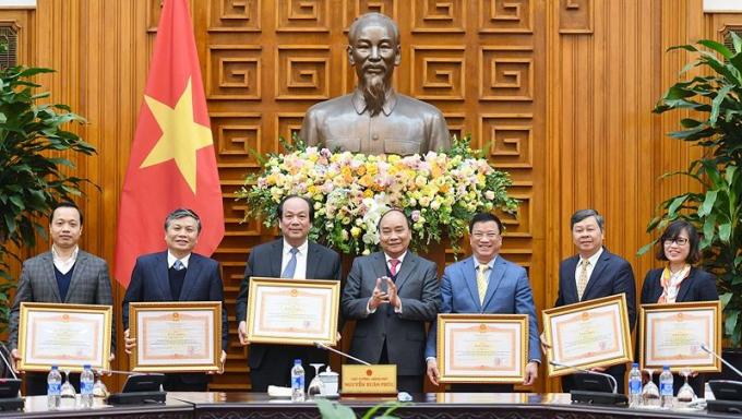 Thủ tướng Nguyễn Xuân Phúc trao Bằng khen cho các thành viên và nguyên thành viên Tổ công tác