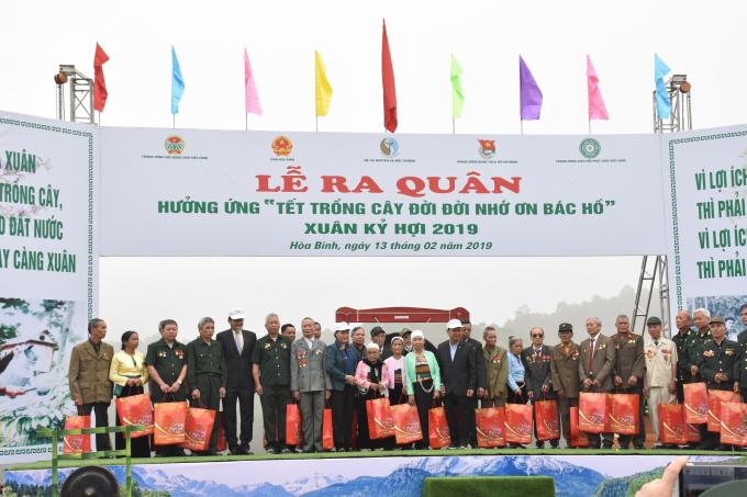 Chủ tịch Quốc hội Nguyễn Thị Kim Ngân, Tổng giám đốc TMV ToruKinoshita trao quà cho các gia đình có hoàn cảnh khó khăn tại địa phương.