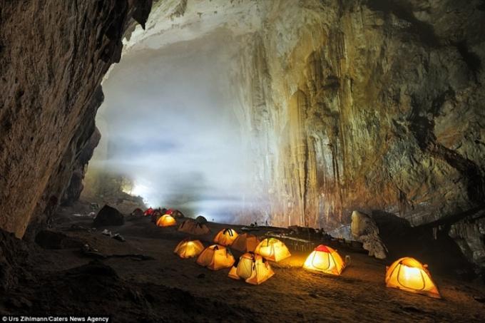 Với thứ ánh sáng màu xanh lá cây huyễn hoặc bên trong, hang Sơn Đoòng trông giống như ở rìa của thế giới. Trong hình là lều cắm trại bên trong hang Sơn Đoòng. (Nguồn VOV)