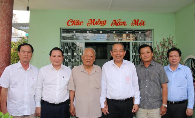 Phó Thủ tướng Thường trực Trương Hòa Bình thăm và chúc sức khỏe đồng chí Lê Phước Thọ. Ảnh: VGP/Mạnh Hùng
