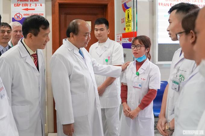 Thủ tướng thăm hỏi y, bác sỹ tại bệnh viện Bạch Mai.