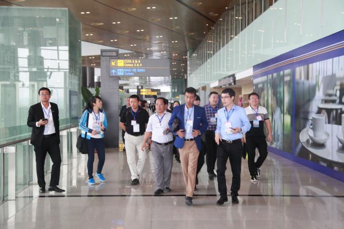 Đại diện các hãng hàng không và công ty lữ hành khảo sát sân bay Vân Đồn.