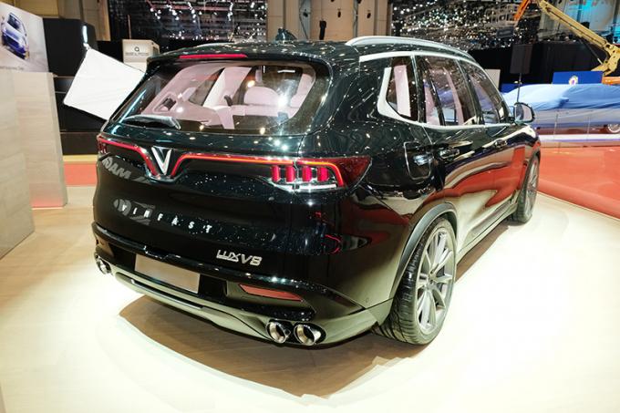 Phiên bản đặc biệt VinFast Lux V8 được nâng cấp cả về thiết kế nội ngoại thất, bên cạnh động cơ V8 6,2 lít mạnh mẽ.
