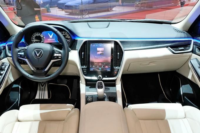 Nội thất VinFast Lux V8 sang trọng với chất liệu da Ultrasuede chế tác thủ công và hợp chất sợi carbon.