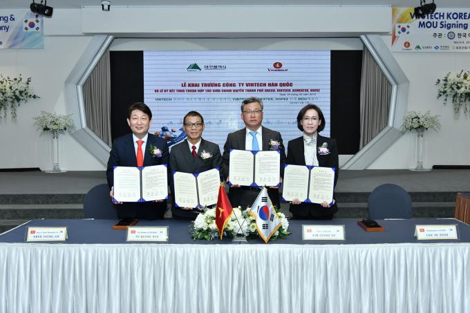 Đại diện Công ty VinTech và VinFast, Chính quyền thành phố Daegu, Khu kinh tế Tự do Daegu Gyeongbuk và Công ty AJINEXTEK đã ký biên bản ghi nhớ cùng hợp tác trên cơ sở tin cậy lẫn nhau để phát triển kinh tế khu vực và thúc đẩy kinh doanh.