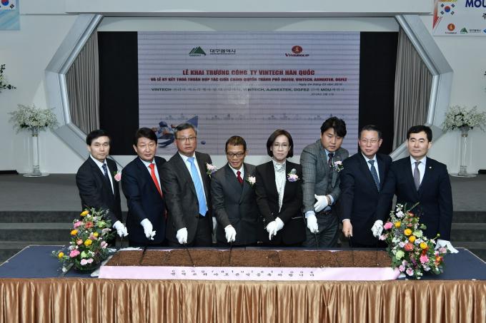 Lãnh đạo Tập đoàn Vingroup cùng các vị quan khách cắt bánh chính thức khai trương văn phòng đầu tiên tại nước ngoài.
