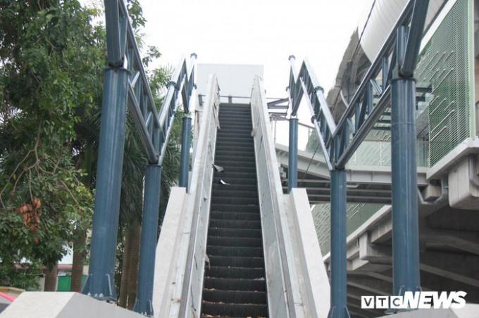 Nhếch nhác ở cầu thang cho hành khách