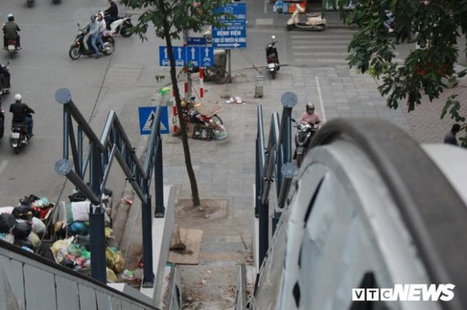Tuy sắp đưa vào sử dụng, nhưng nhiều hạng mục vẫn còn ngổn ngang. Tại khu vực nhà ga ở phường Quang Trung, hệ thống thang máy chưa lắp ráp xong, khung mái vòm chưa hoàn thiện.