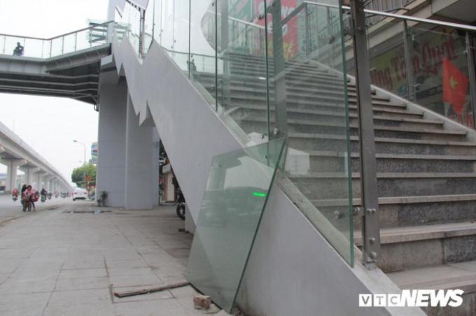 Cách đó không xa, tại phường Phú La (Hà Đông, Hà Nội), khung cảnh ngổn ngang cũng tương tự. Một tấm kính lắp đặt lối lên nhà ga để trần, dễ gây nguy hiểm cho người tham gia giao thông và trẻ nhỏ.
