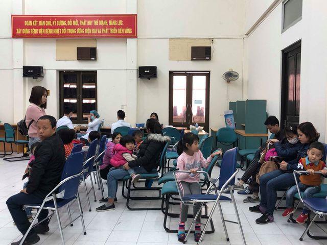 Trẻ em từ Bắc Ninh được gia đình đưa lên BV Bệnh Nhiệt đới Trung ương xét nghệm tìm sán lợn. ảnh Dân trí
