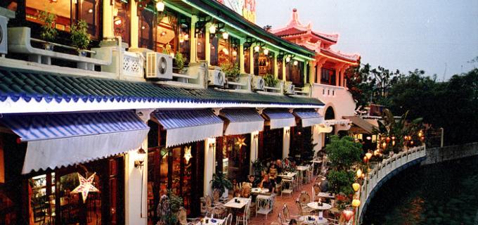 Nhà hàng Cà phê Thủy Tạ là nhà hàng nổi duy nhất nằm bên cạnh hồ Hoàn Kiếm.