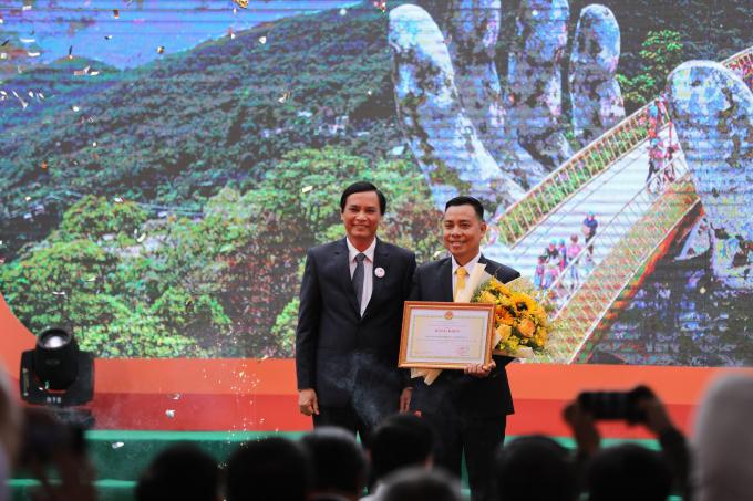 Ông Trần Văn Miên - Phó Chủ tịch UBND Thành phố Đà Nẵng trao tặng bằng khen cho ông Nguyễn Lâm An -Giám đốc Khu du lịch Sun World Ba Na Hills.
