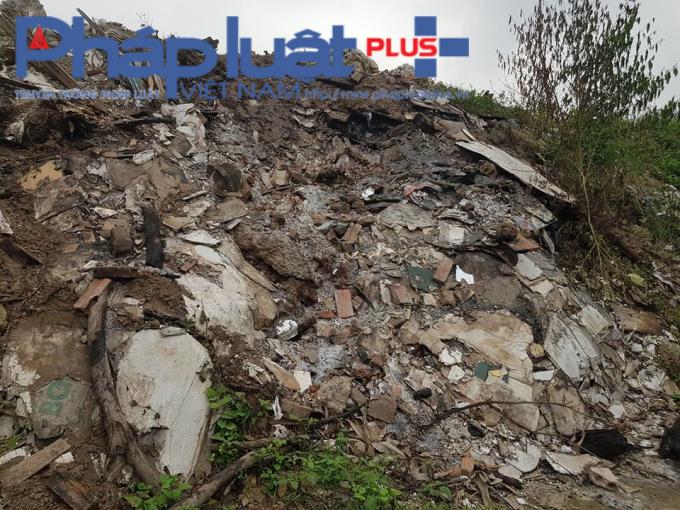 Bãi rác chất đống cao tới 5m.