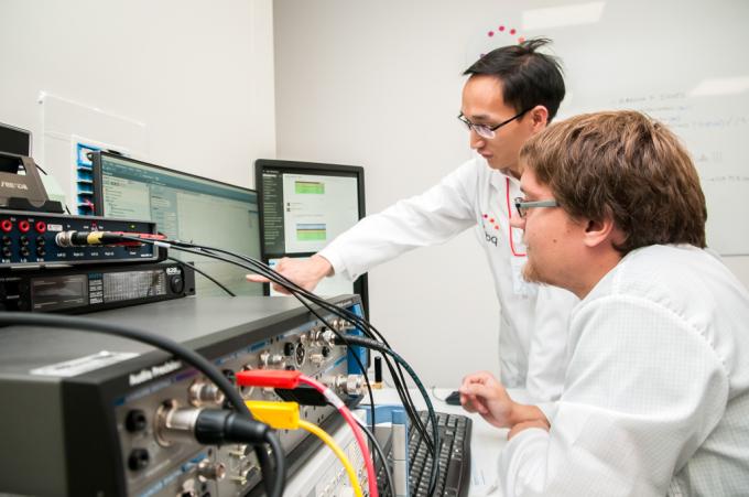 Chuyên gia của BQ và VinSmart trao đổi về các đặc tuyến âm thanh của điện thoại Vsmart tại lab audio của BQ.