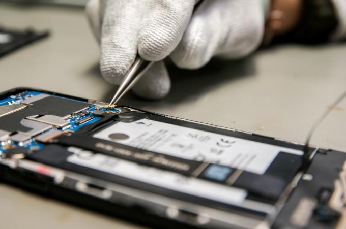 Từng giắc cắm tín hiệu trong máy, bề mặt và các khe tiếp giáp đều được kiểm tra kỹ lưỡng để đảm bảo mọi thứ hoàn hảo nhất cả về thẩm mỹ và cơ khí.