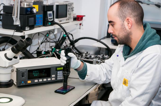Độ sáng, độ tương phản và tông màu của màn hình điện thoại Vsmart được kiểm tra kĩ lưỡng tới từng điểm ảnh qua hệ thống máy quét màn hình tối tân trong lab BQ.