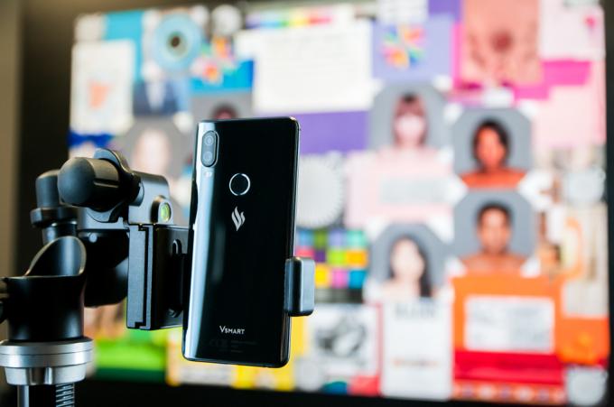 Camera điện thoại Vsmart được đặc biệt chú trọng kiểm định và tinh chỉnh trong lab camera tiêu chuẩn của BQ, với khả năng mô phỏng nhiều điều kiện ánh sáng và đối tượng chụp khác nhau. Quá trình kiểm định camera khắt khe này giúp đem lại cho người dùng Vsmart những bức ảnh đẹp nhất có thể trong nhiều hoàn cảnh môi trường khác nhau.