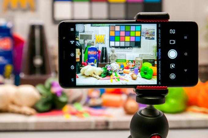 Kiểm tra khả năng tái tạo màu sắc của camera sau qua bài test chụp các vật thể khác nhau và tham chiếu với bảng các gam màu chuẩn.