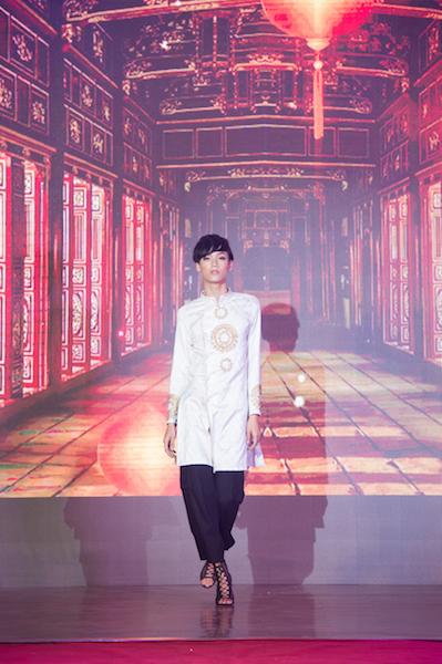 Áo Dài nam Hoa Hỷ được Thí sinh Thiên Phong thể hiện.