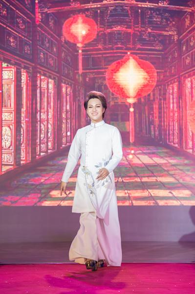 Áo dài nam trong cặp áo dài Ngọc Điểu được thể hiện bởi thí sinh có nụ cười ấn tượng Lê Đức Quý