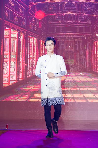 Áo dài nam trong cặp đôi áo dài Song Hỷ do thí sinh được giải Thí sinh được yêu thích nhất Ngô Đức Sơn trình diễn.