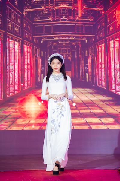 Áo dài Ngọc Điểu được thể hiện bởi Đặng Bảo Quyên.