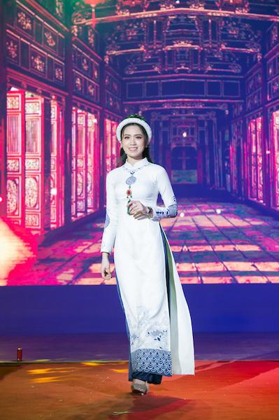 Áo Dài Nữ Song Hỷ được Trần Hà My trình diễn.