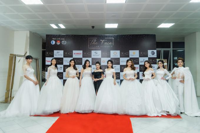 NTK Lan Anh Lê cùng các thí sinh Trình diễn BST váy cưới.