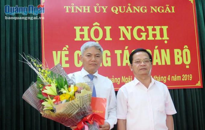 Bí thư Tỉnh ủy Quảng Ngãi trao quyết định và chúc mừng đồng chí Võ Văn Hào.