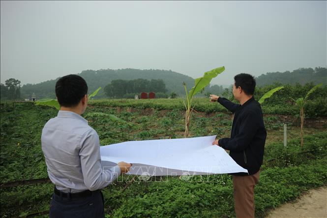Cán bộ địa chính xã Nam Sơn (huyện Sóc Sơn) tiến hành kiểm đếm, cắm mốc giải phóng mặt bằng khu vực bán kính 500 mét tính từ tường rào bãi rác Nam Sơn.