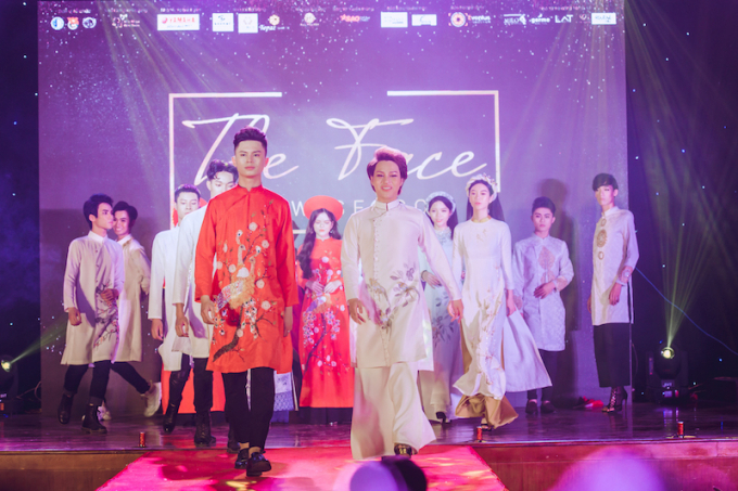 Top 21 Thí sinh trình diễn BST Hoa Nguyệt Điểu.