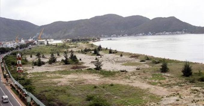 Khu lấn biển khu vực Mũi Tấn lúc chưa được dọn sạch sẽ.