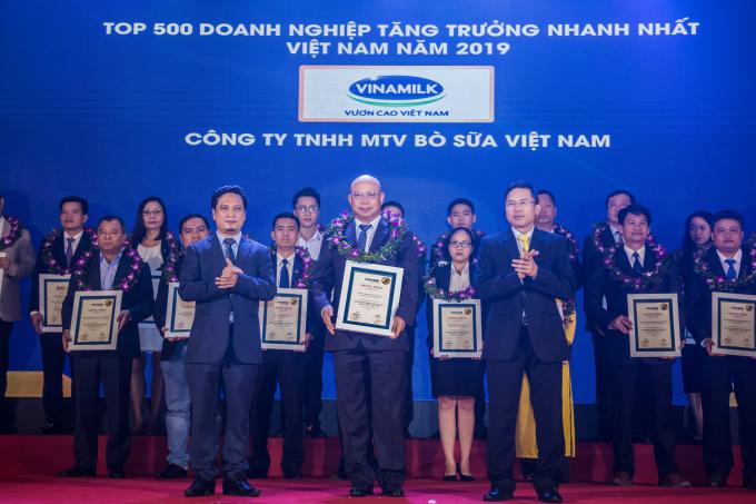 Ông Trịnh Quốc Dũng – Giám đốc điều hành Vinamilk, kiêm Công ty Bò sữa Việt Nam đại diện nhận chứng nhận Top 500 Doanh nghiệp tăng trưởng nhanh nhất Việt Nam năm 2019