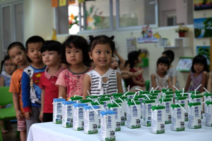 Các em học sinh hào hứng trong giờ uống sữa học đường.