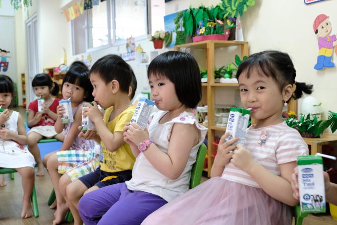 Các em học sinh hào hứng trong giờ uống sữa học đường