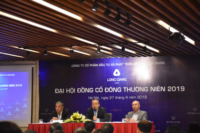 Ông Lê Hà Giang- Chủ tịch HĐQT (giữa) trả lời chất vấn của cổ đông.