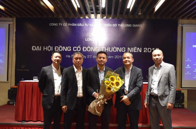 Ông Đặng Anh Tâm (giữa) cùng các thành viên HĐQT ra mắt Đại hội