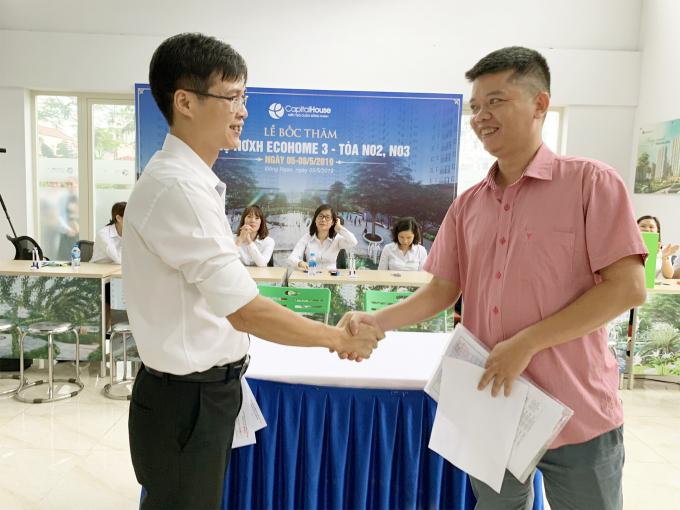 Anh Lê Xuân Hà (phải) vui mừng khi nhận cơ hội mua một căn hộ tại dự án EcoHome 3 – Tòa NO2 và NO3.