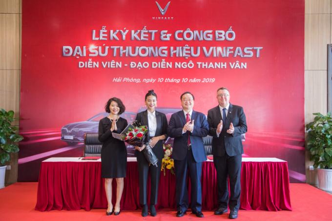 Diễn viên, đạo diễn Ngô Thanh Vân chụp hình cùng ban lãnh đạo VinFast sau lễ ký kết và công bố đại sứ thương hiệu VinFast.