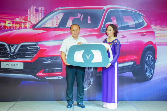 HLV Park Hang-seo nhận chìa khóa tượng trưng chiếc xe VinFast Lux SA2.0 từ bà Hoàng Bạch Dương – Giám đốc chi nhánh TP.HCM Tập đoàn Vingroup.