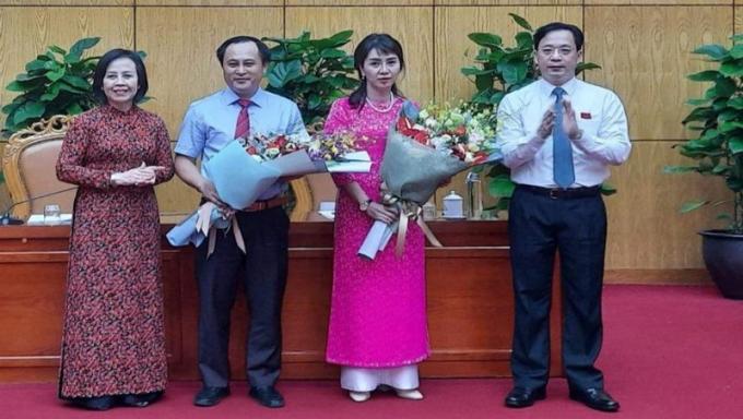 Hai tân Phó chủ tịch UBND tỉnh Lạng Sơn, bà Đoàn Thu Hà và ông Lương Trọng Quỳnh (người nhận hoa).