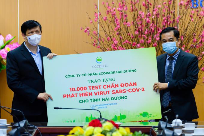Ông Nguyễn Công Hồng -TổngGiám đốc Công ty CP Ecopark Hải Dương trao 10.000 test chẩn đoán COVID-19 tới lãnh đạo Bộ Y tế.